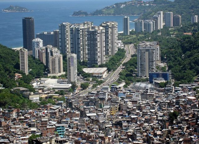 Favela da Rocinha e o bairro de São Conrado, no RJ, retrata a desigualdade do país - Créditos: Flickr/Alicia Nijdam
