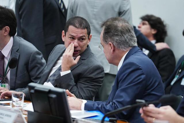 O relator Samuel Moreira (PSDB-SP) conversa com Marcelo Ramos (PL-AM) durante a votação - Créditos: Paulo Valadares | Agência Câmara