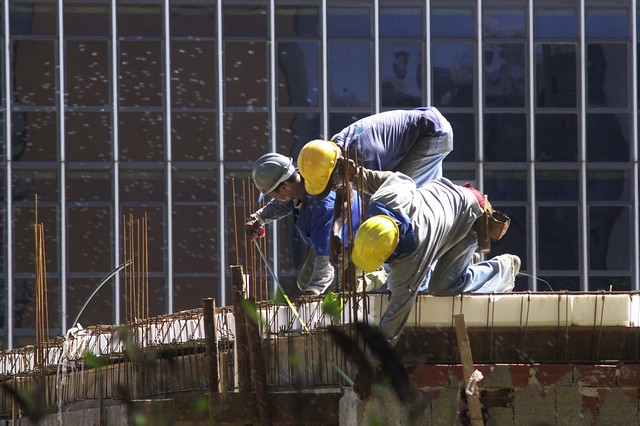 Trabalhadores da construção civil em obra em Brasília: mudança em normas aumenta risco de acidentes - Créditos: Foto: Arquivo/Agência Brasil