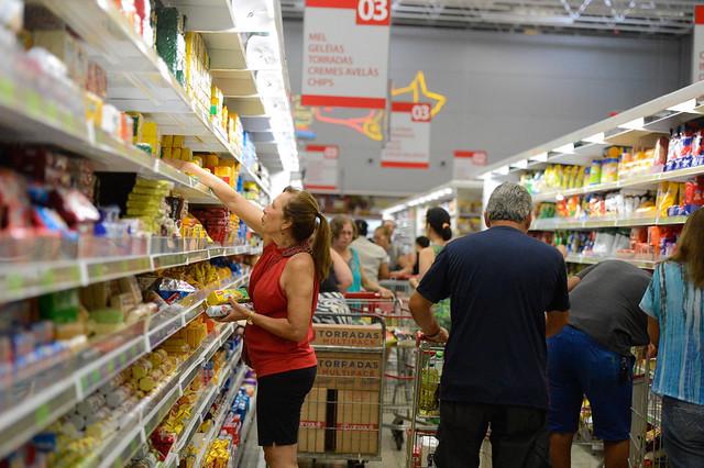 Segundo André Martins, pesquisador do IBGE, ao perder a renda, o trabalhador mais pobre acaba reduzindo o gasto com alimentação - Créditos: Foto: Tânia Rêgo/Agência Brasil
